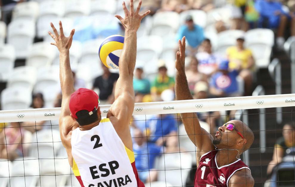 Gavira trata de bloquear un remate de Pereira.