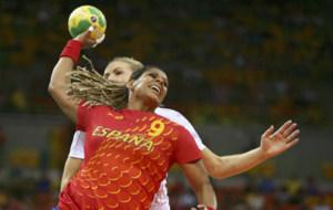 Marta Mangu� supera la defensa de una rival noruega