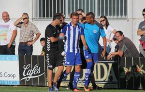 Christian Santos, retir�ndose en el partido ante el Zaragoza.