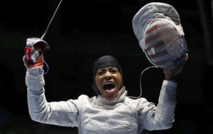 La estadounidense Ibtihaj Muhammad (30) celebra su primer triunfo.