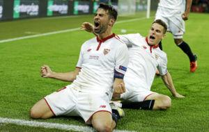 Coke celebra uno de sus goles en la final de Basilea.