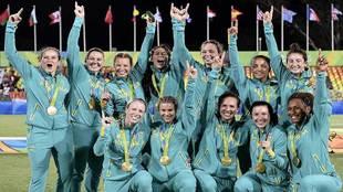 Las jugadoras de Australia celebran su medalla de oro en...