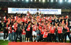 Santa Fe, �ltimo campe�n de la Sudamericana, festeja el t�tulo.