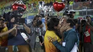 Momento del intenso beso de Isadora Cerullo a su novia Marjorie