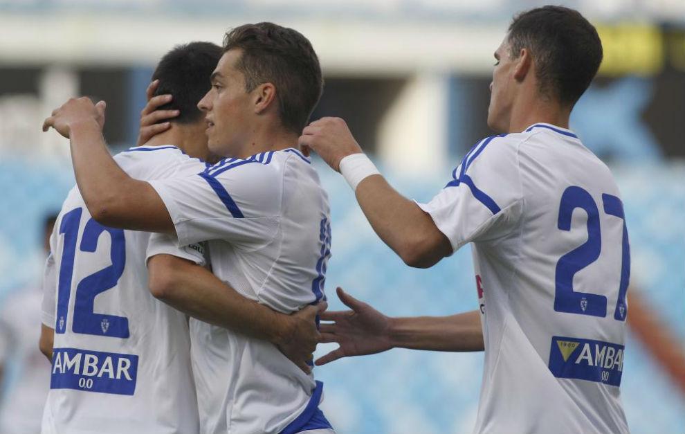 Lanzarote celebra su primer gol del verano con sus compañeros.