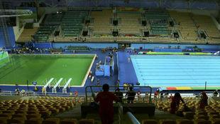 Panorámica de las piscinas de saltos de trampolín, a la izquierda, y...