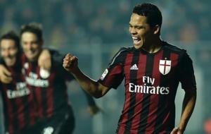 Carlos Bacca, celebrando un gol con el Milan.