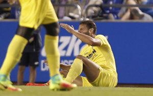 El delantero Roberto Soldado en el momento en el que cae lesionado de...