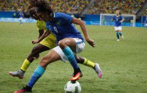 Andressa Alves trata de regatear a Noko Matlou.