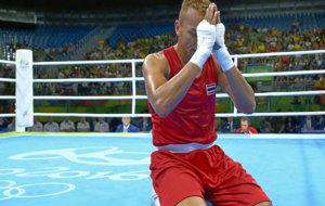 El tailandés Amnat Ruenroeng (36), arrodillado en el suelo tras ganar...