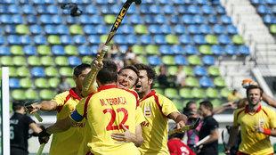 Los jugadores de la selección española de hockey celebran el gol de...