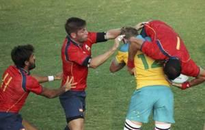 Ignacio Mart�n es levantado por un jugador australiano ante Poggi y...