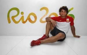 Ángel López posa para MARCA con un cartel de Río detrás