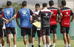 Alberto Toril, rodeado de sus jugadores, en un entrenamiento