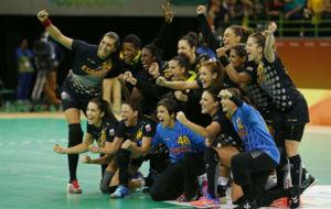 La selecci�n espa�ola de balonmano celebra su victoria ante Brasil.