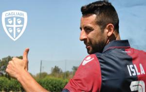 Mauricio Isla posa con la camiseta del Cagliari