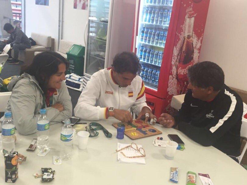 Conchita Martínez, Rafa Nadal y Toni Nadal jugando al parchís.