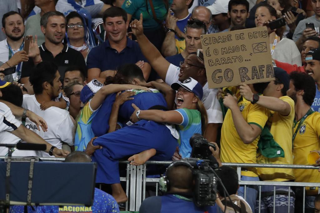 Rafaela Silva celebrando la victoria con su pareja Thamara