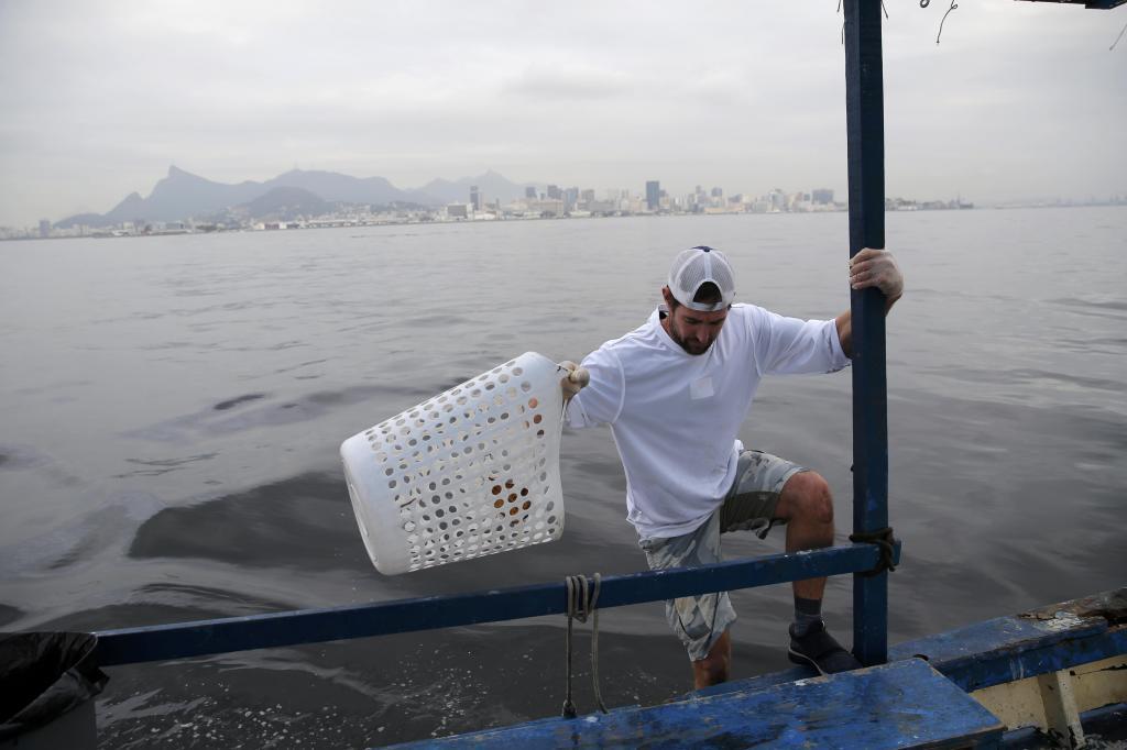 Brad Funk limpiando las aguas de la bahía para su mujer Bryony Shaw