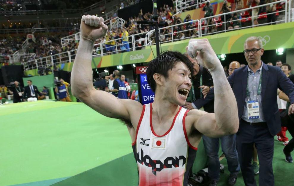 El japonés Kohei Uchimura celebrando su medalla de oro.