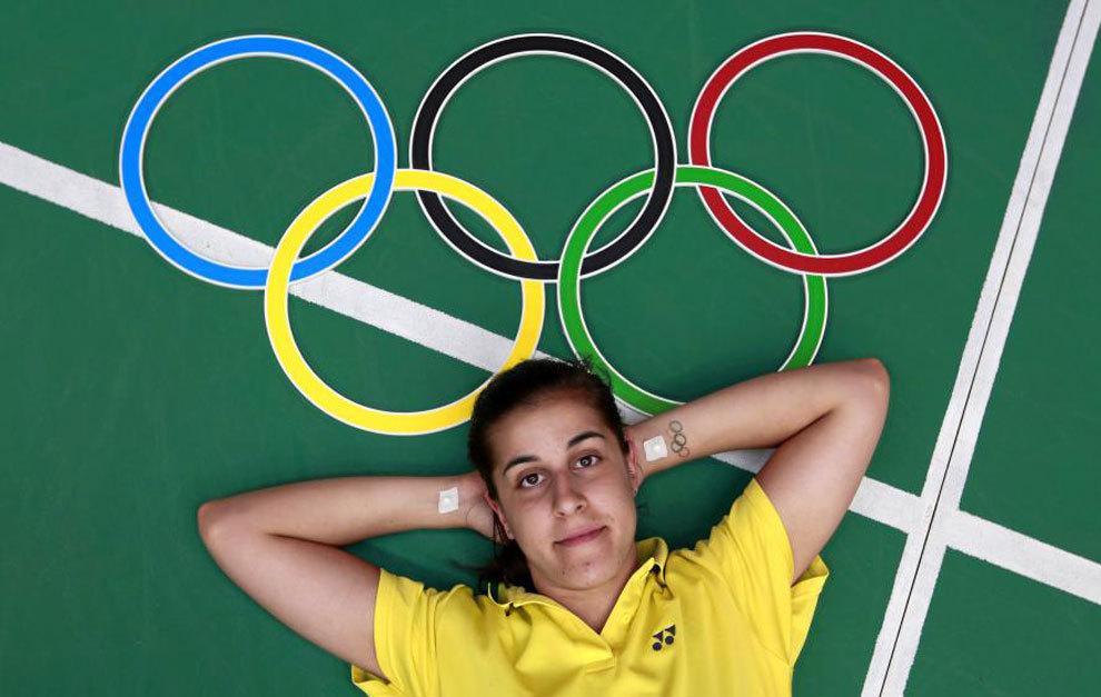 Carolina Marín posa para MARCA con los aros olímpicos.