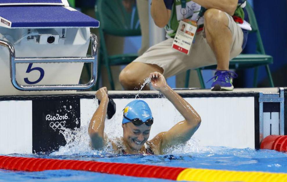 Mireia Belmonte celebrando su medalla de oro.