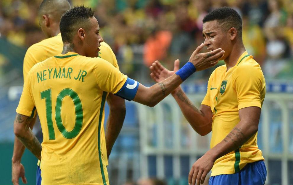 Neymar felicita a Gabriel Jesús tras su gol.
