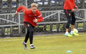 Sergio Gil realiza un ejercicio en un entrenamiento con el Zaragoza...