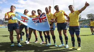Algunos de los jugadores españoles con la bandera de Fiji tras acabar...