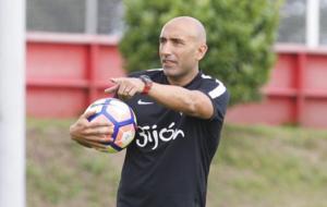 Abelardo dirige un entrenamiento del Sporting.