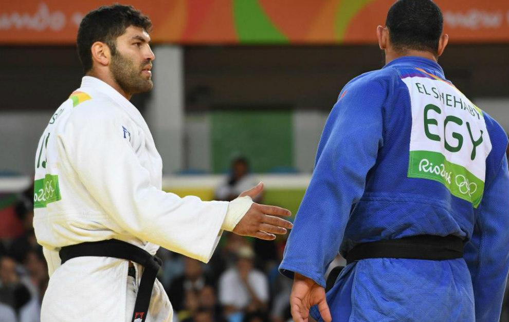 El judoka egipcio no acepta el saludo del israelí