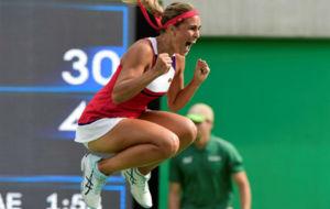 Mónica Puig salta de alegría tras ganar a Kvitova.