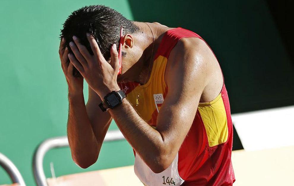 Miguel Ángel López se echa las manos a la cabeza tras acabar la...