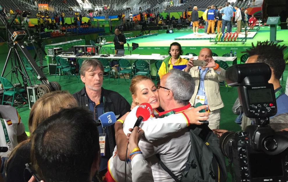 Lydia Valentín se abraza al presidente del COE, Alejandro Blanco.
