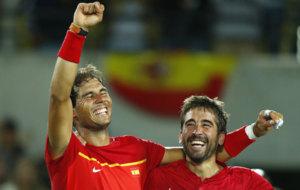 Los amigos Rafa Nadal y Marc Granollers celebran su oro en la pista