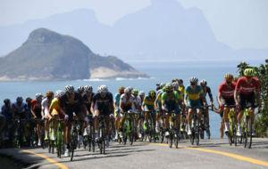 Pelotón agrupado en la prueba de ruta de Río 2016.