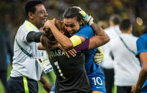 Marta se abraza a Bárbara después de que parara dos penaltis.