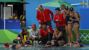 Miki Oca da instrucciones durante el partido contra China.