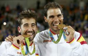 Rafa Nadal y Marc López mordiendo su medalla de oro