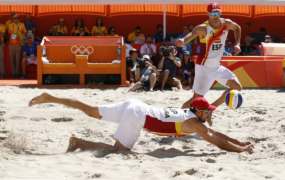Gavira se lanza a la arena para salvar un punto.