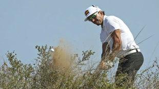 Rafa Cabrera saca una bola de los hierbajos en la tercera jornada.