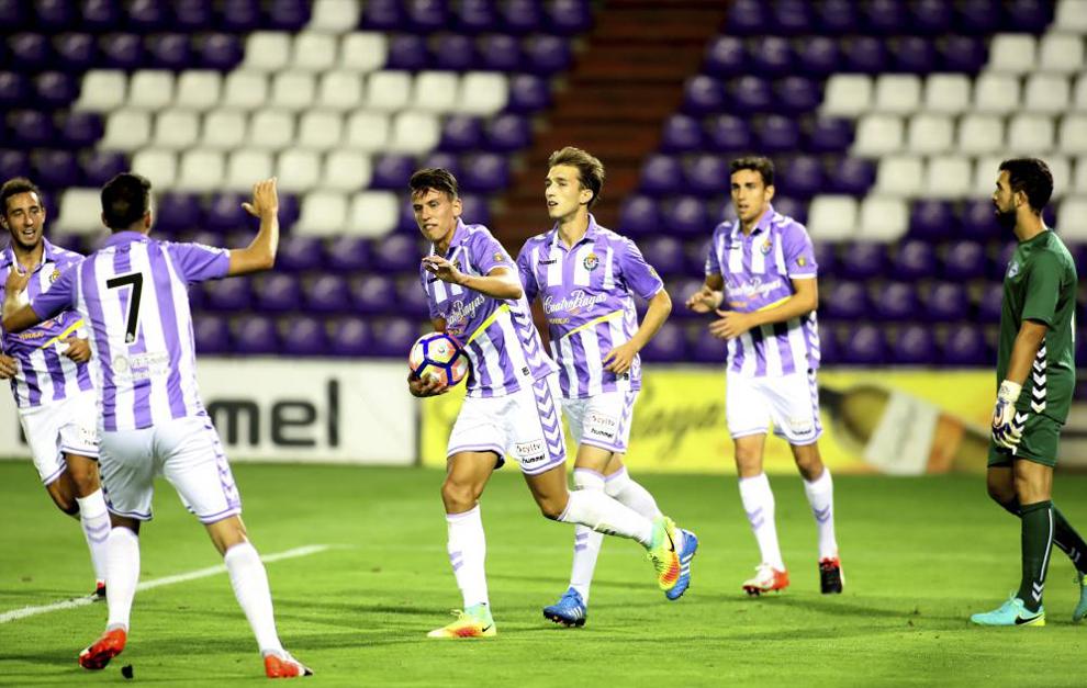 Los jugadores del Valladolid celebran el tanto de Lichnovsky.