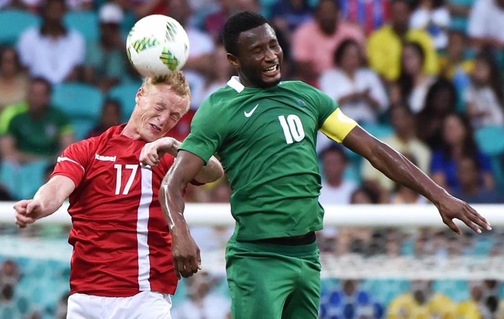 Obi Mikel, disputando un balón con el danés Jonsson.