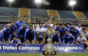 La plantilla del M�laga, con el trofeo de campe�n del Carranza.