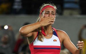 Mónica Puig llora tras brindar a Puerto Rico su primer oro.