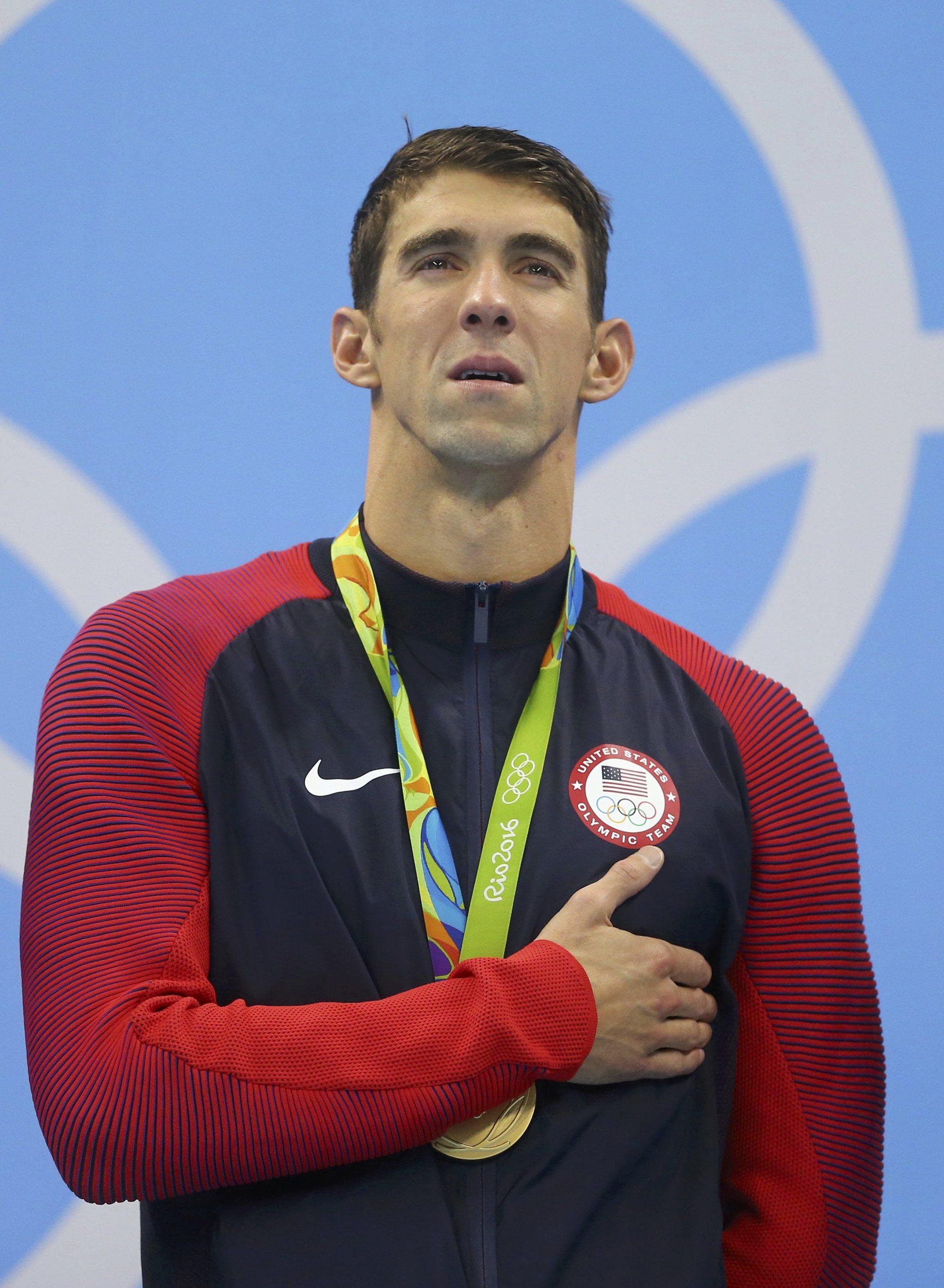 Michael Phelps, emocionado en el podio