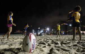 Varias ni�as que viven en favelas juegan al rugby en la playa de...