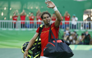 Rafa Nadal se despide del público tras perder en Río.