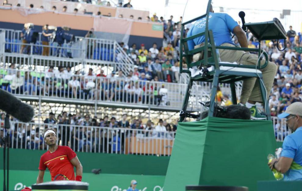 Rafa Nadal discute con Carlos Bernardes durante el partido por el...
