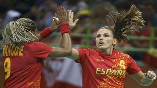 Marta Mangué celebra un gol con Carmen Martín.
